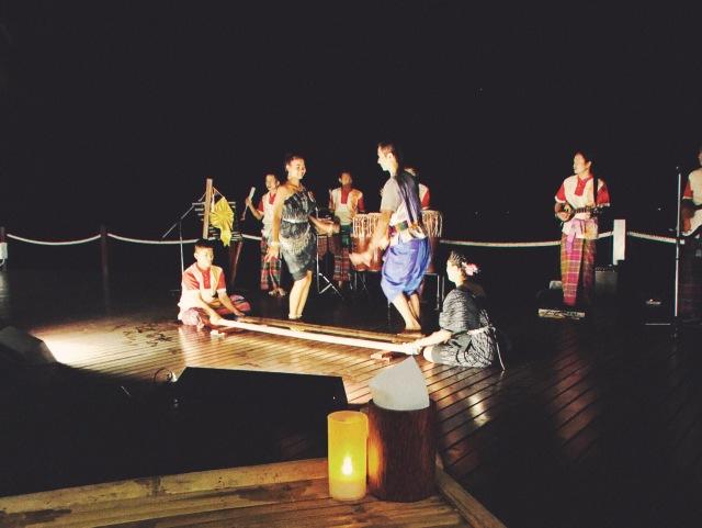 Asadong beach bazaar_Thai traditional danse